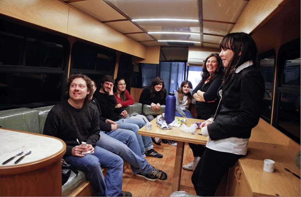 Florencia (en primer plano a la derecha de la foto) cuando vino a hacernos la nota para la Revista Kilometro de SCANIA