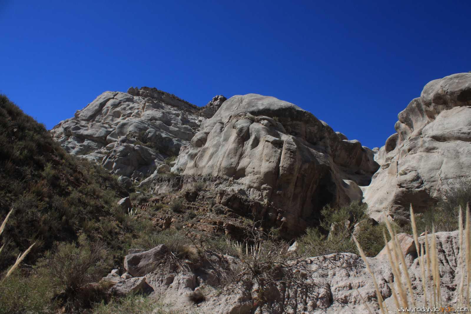 En las piedras se ven formas talladas: entre las montañas pueden ver la cabeza de un mono