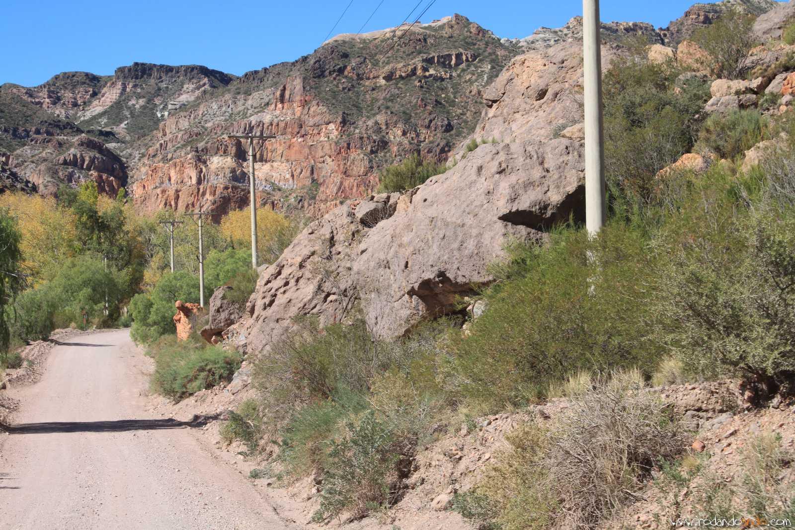 En la foto mas adelante de color rojizo una roca que parece una virgen