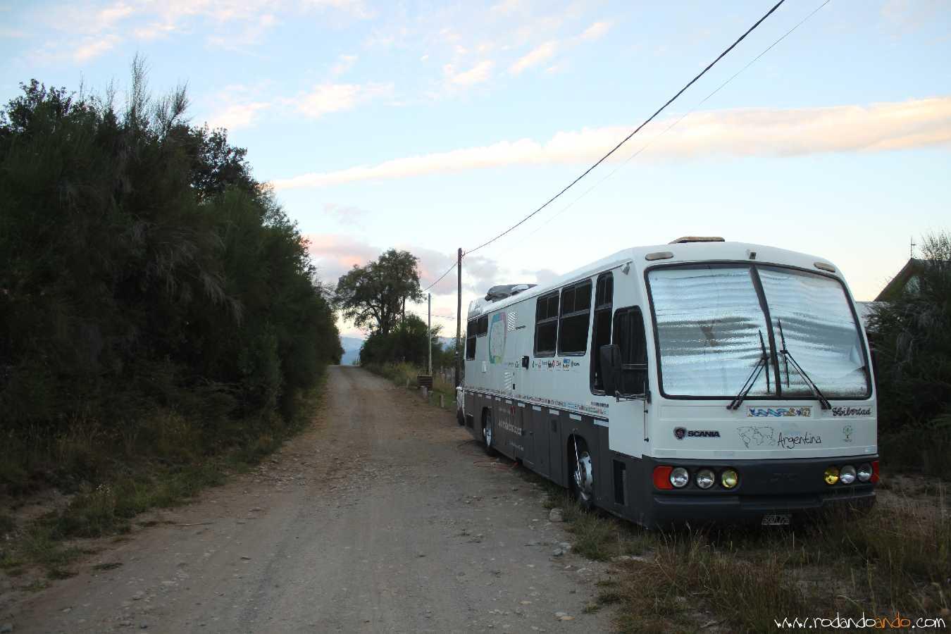 A la izquierda de la foto el Cerro Catedral, A la derecha el Barrio Los Cohiues